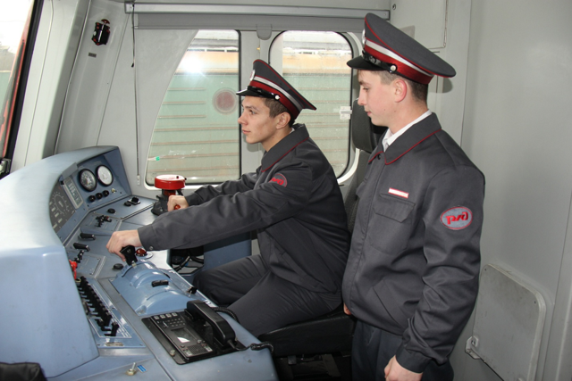 Сколько зарабатывает в месяц машинист поезда РЖД