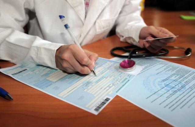 Сотруднику фирма оплатила липовый больничный: как вернуть ущерб, проводки