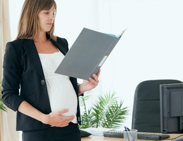 Срочный трудовой договор с беременной женщиной: когда может быть расторгнут, продлевается